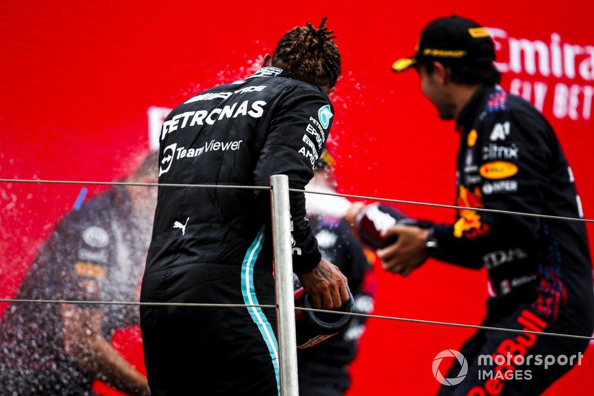 Lewis Hamilton, Mercedes, 2° classificato, e Max Verstappen, Red Bull Racing, 1° classificato, sul podio