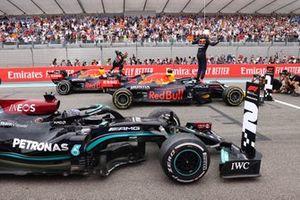 Le 3ᵉ, Sergio Perez, Red Bull Racing, le vainqueur Max Verstappen, Red Bull Racing et le 2ᵉ Sir Lewis Hamilton, Mercedes, dans le parc fermé