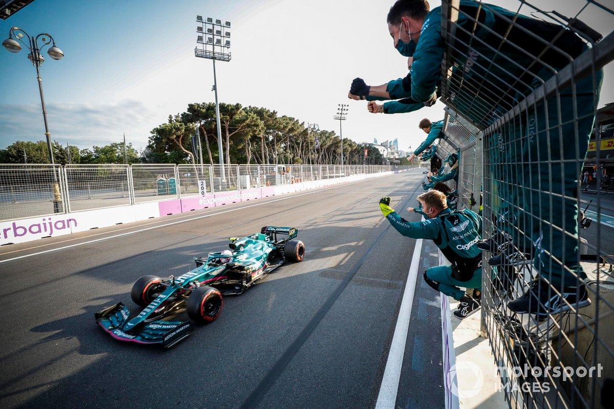 Sebastian Vettel, Aston Martin AMR21, 2ª posición, es aclamado en la línea de meta por su equipo