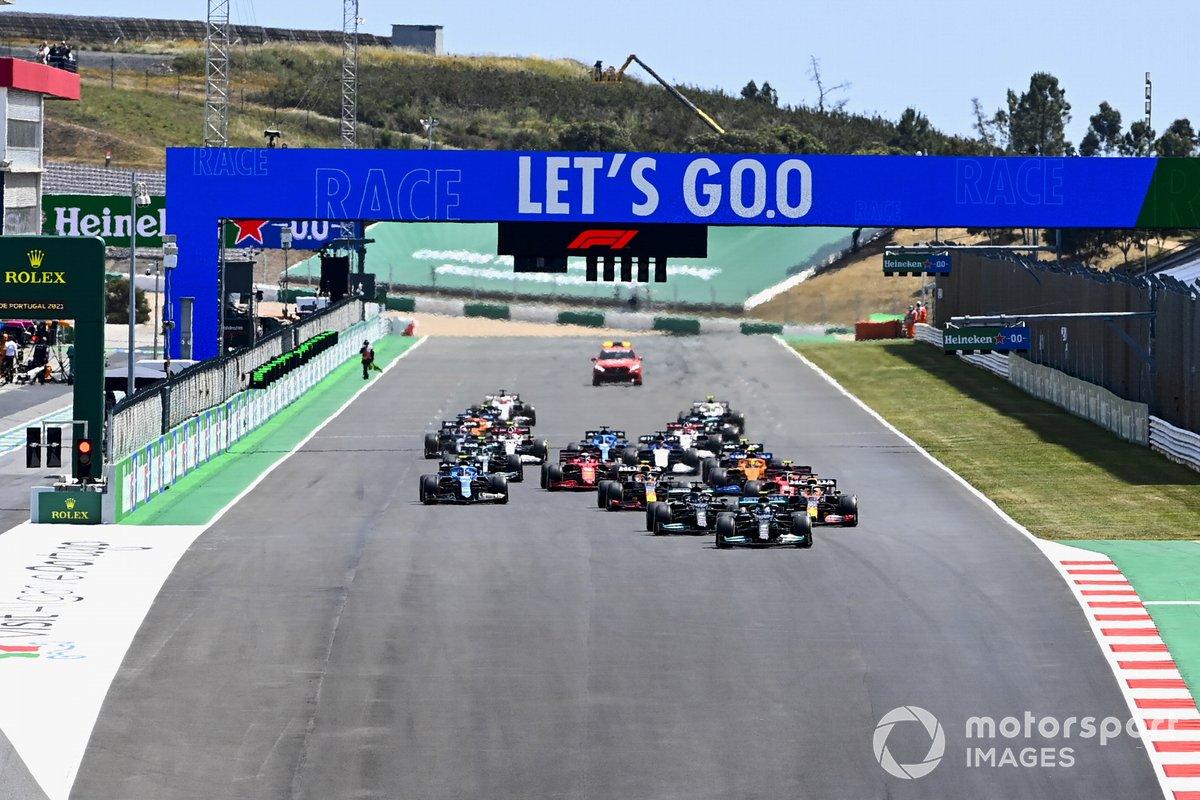 Valtteri Bottas, Mercedes W12, Lewis Hamilton, Mercedes W12, Max Verstappen, Red Bull Racing RB16B, e il resto delle auto alla partenza
