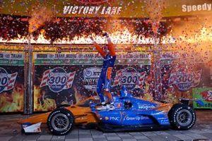 Scott Dixon, Chip Ganassi Racing Honda festeggia in victory lane