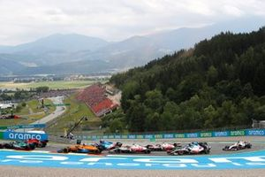 Sebastian Vettel, Aston Martin AMR21, Carlos Sainz Jr., Ferrari SF21, Daniel Ricciardo, McLaren MCL35M, Fernando Alonso, Alpine A521, and the remainder of the field at the start