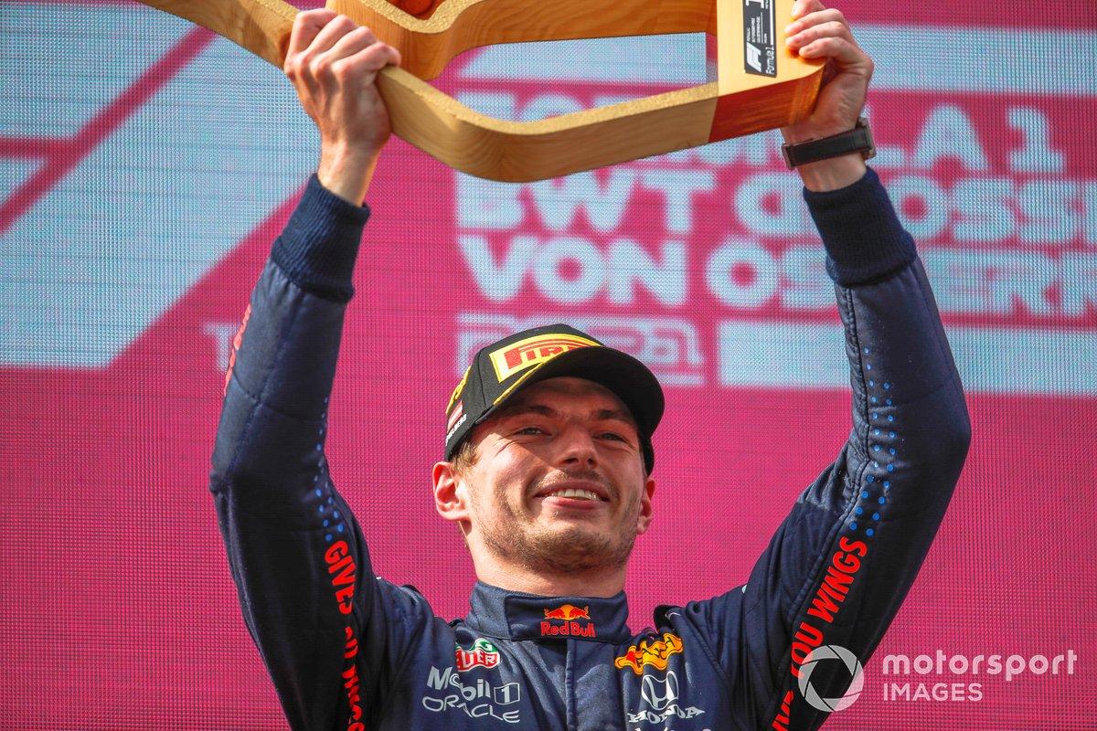 Max Verstappen, Red Bull Racing, 1° classificato, alza il trofeo