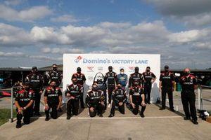 Podio: ganador Josef Newgarden, Team Penske Chevrolet con el equipo