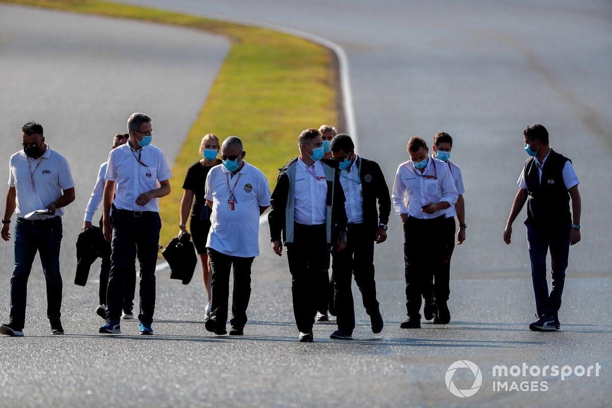 Michael Masi, Director de Carrera y miembros de la FIA caminan por la pista