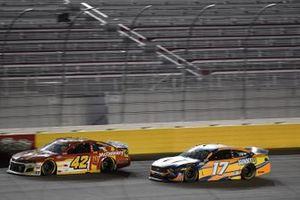 Matt Kenseth, Chip Ganassi Racing, Chevrolet Camaro McDonald's, Chris Buescher, Roush Fenway Racing, Ford Mustang SunnyD