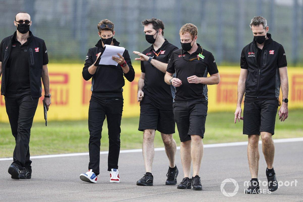 Romain Grosjean, Haas F1, percorre il circuito con i colleghi