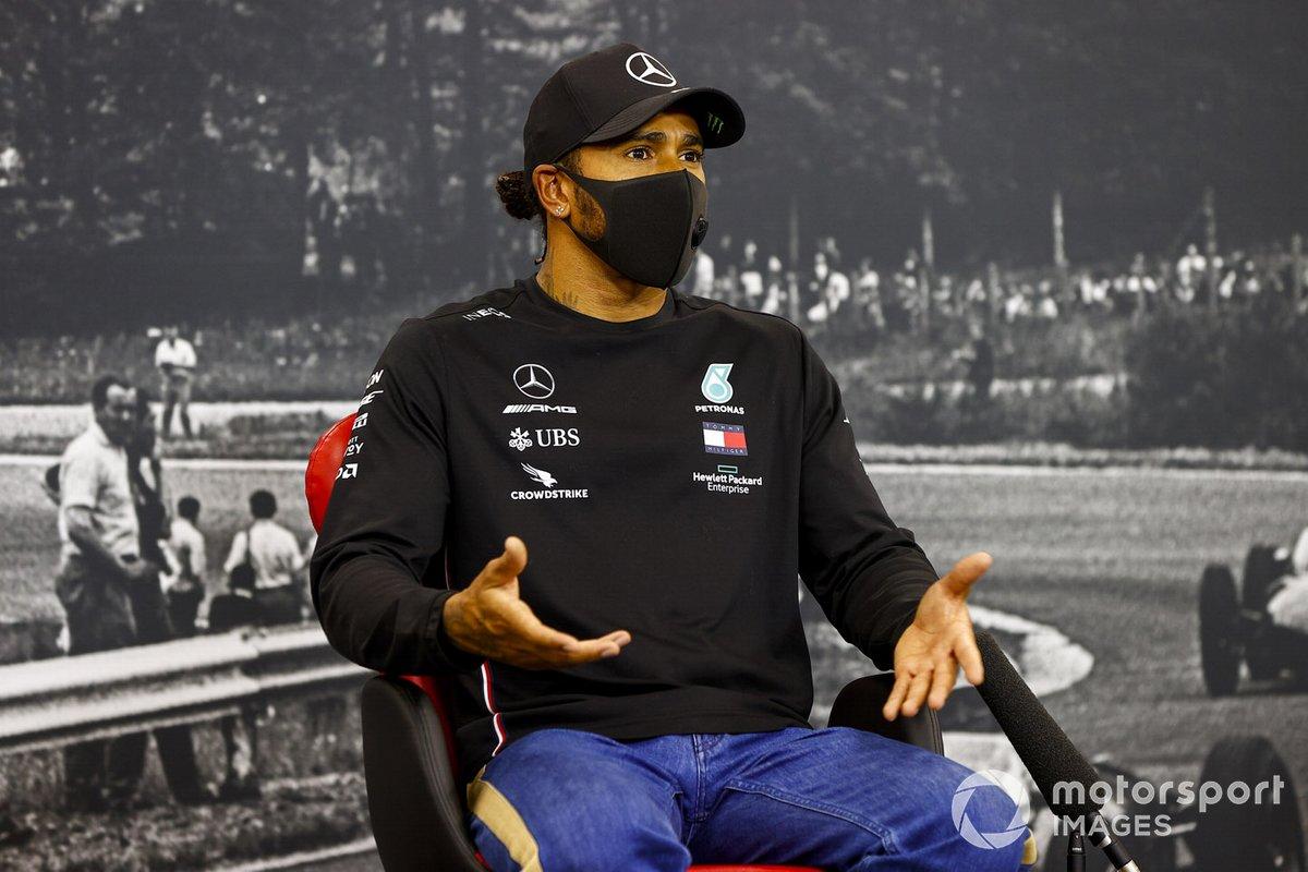 Ganador de la pole Lewis Hamilton, Mercedes-AMG F1, en la conferencia de prensa