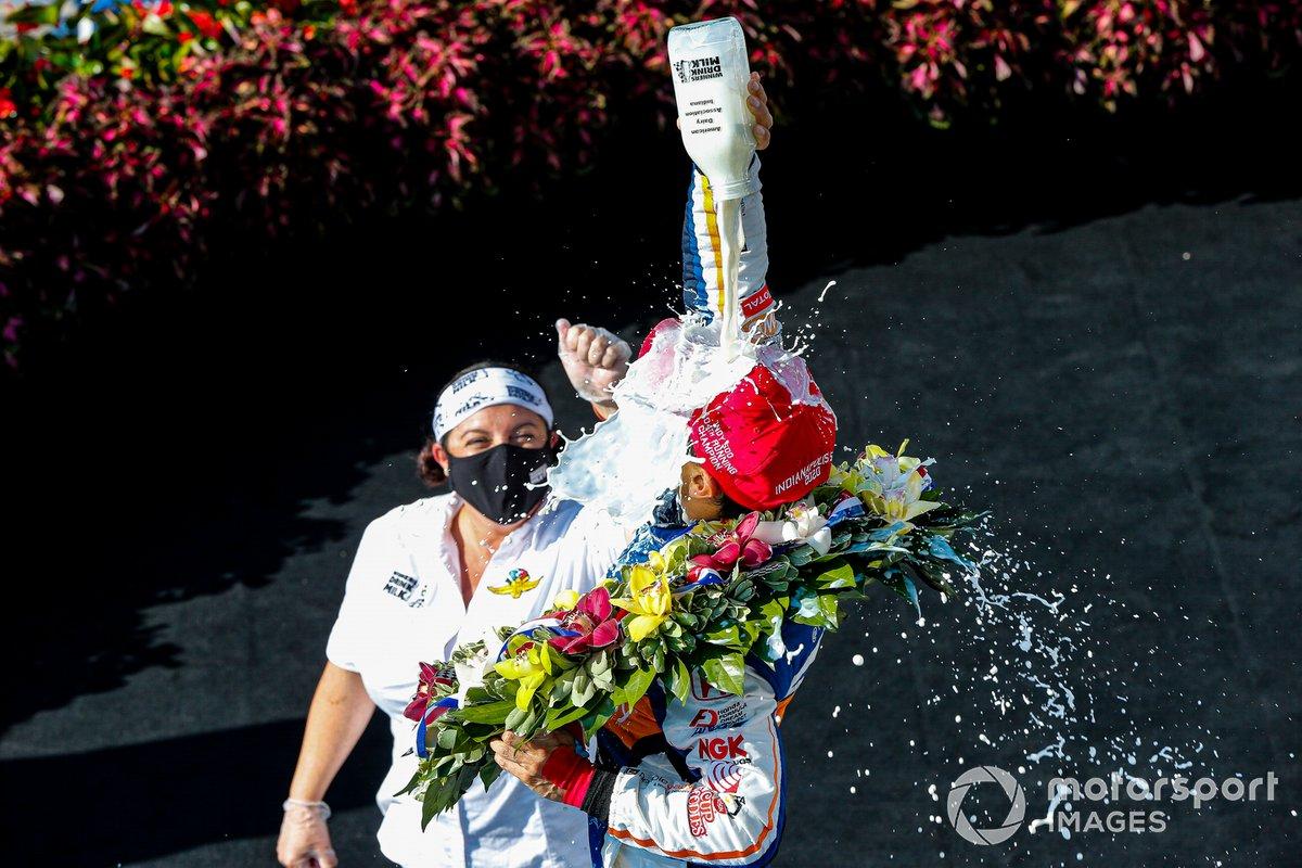 Takuma Sato, Rahal Letterman Lanigan Racing Honda fête sa victoire à Indianapolis 500