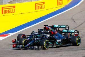 Valtteri Bottas, Mercedes F1 W11, in lotta con Lewis Hamilton, Mercedes F1 W11, all'inizio della gara