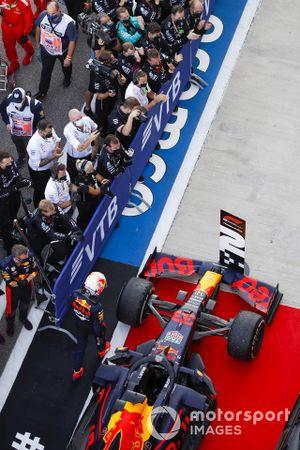 Le second Max Verstappen, Red Bull Racing, et le vainqueur Valtteri Bottas, Mercedes-AMG F1, dans le parc fermé