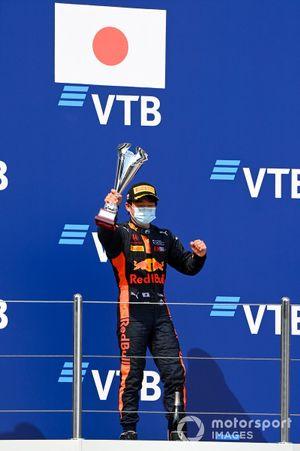 Yuki Tsunoda, Carlin festeggia sul podio con il trofeo