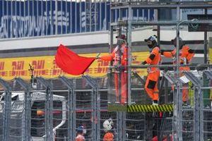 Un marshals sventola la bandiera rossa