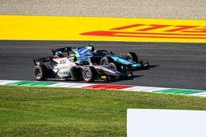 Luca Ghiotto, Hitech Grand Prix, se bat avec Dan Ticktum, Dams