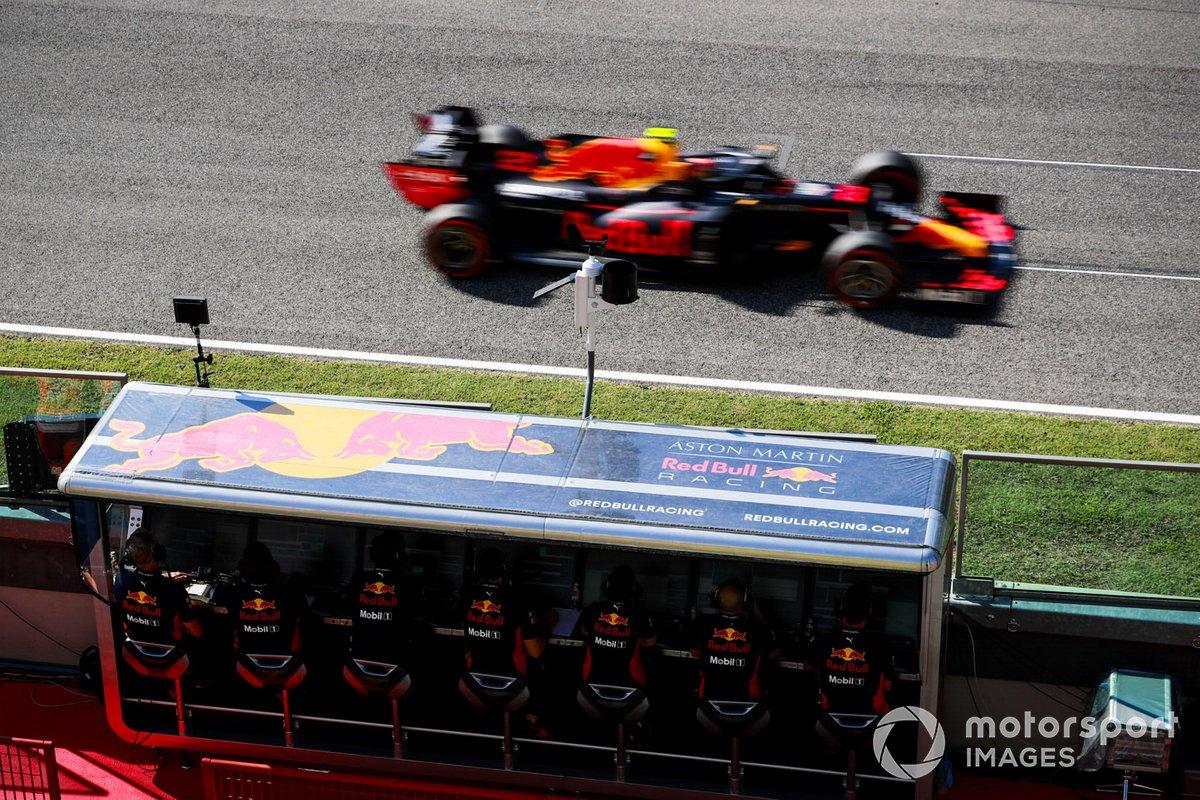Alex Albon, Red Bull Racing RB16, passa davanti al pit wall della Red Bull
