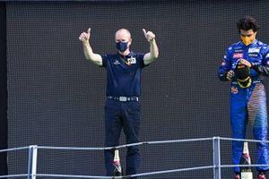 Graham Watson Team Manager, AlphaTauri et Carlos Sainz Jr., McLaren, 2ème position, sur le podium