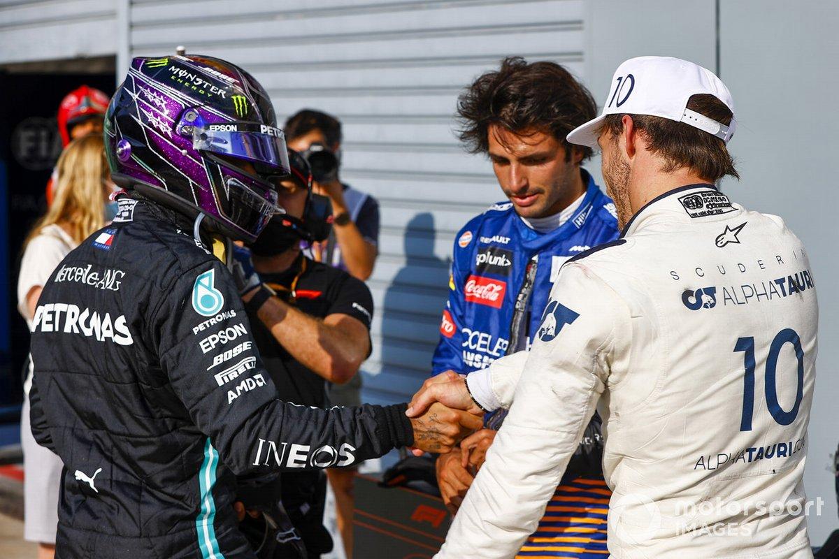 Lewis Hamilton, Mercedes-AMG F1, da la mano a Pierre Gasly, AlphaTauri, 1ª posición, con Carlos Sainz Jr., McLaren, 2ª posición
