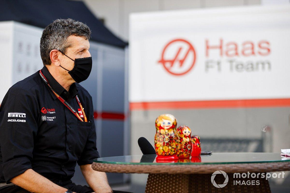 Guenther Steiner, director de Haas, habla ante los medios