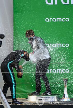 Steven Lord, Mercedes, e Lewis Hamilton, Mercedes-AMG F1, 1a posizione, festeggiano sul podio con lo champagne