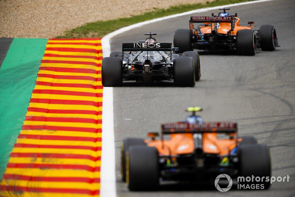 Carlos Sainz Jr., McLaren MCL35, Lewis Hamilton, Mercedes F1 W11, e Lando Norris, McLaren MCL35