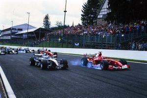 Michael Schumacher, Ferrari F2004, en David Coulthard, McLaren MP4-19B Mercedes