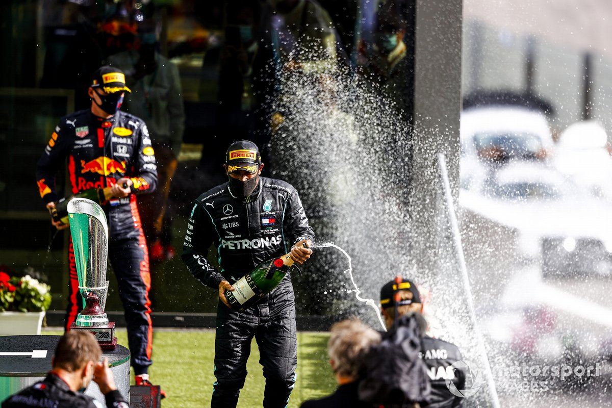 Max Verstappen, Red Bull Racing, 3° posto, Lewis Hamilton, Mercedes-AMG F1, 1° posto,e Valtteri Bottas, Mercedes-AMG F1, 2° posto, festeggiano con lo champagne