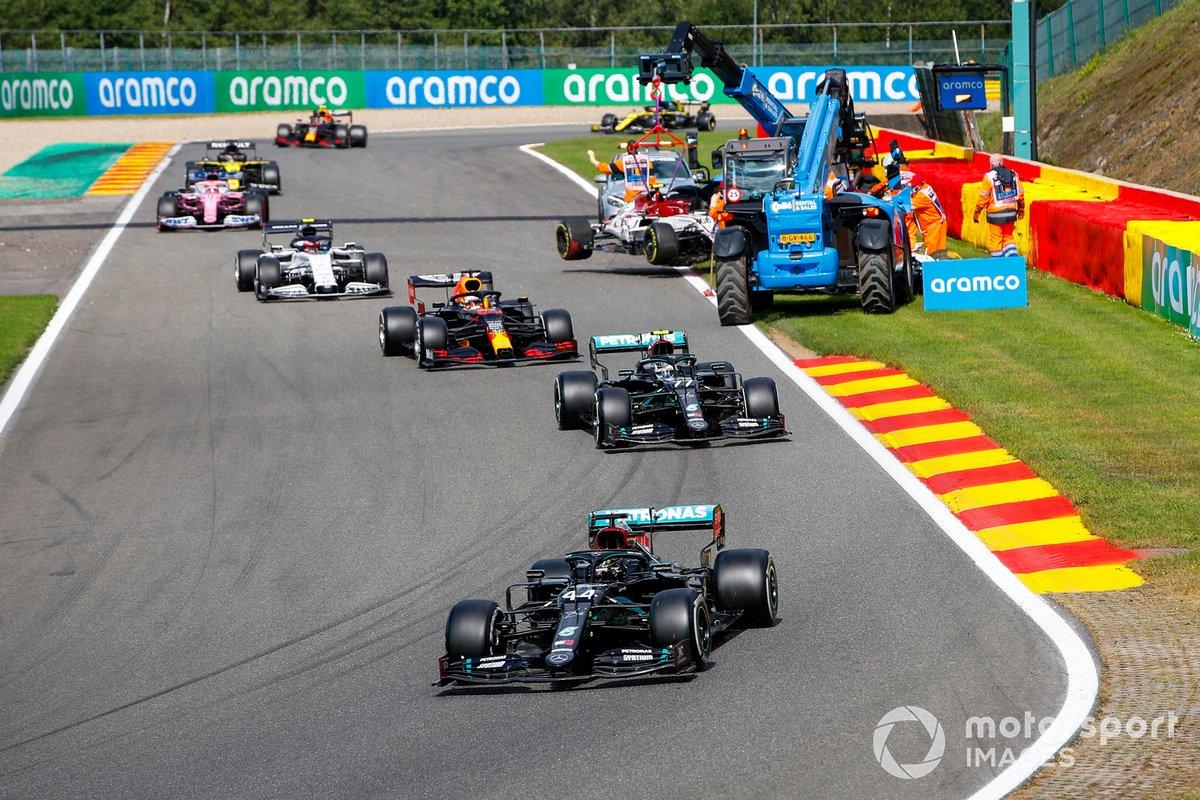 Lewis Hamilton, Mercedes F1 W11,y el pelotón pasan por la escena del accidente de Antonio Giovinazzi, Alfa Romeo Racing C39, y George Russell, Williams FW43