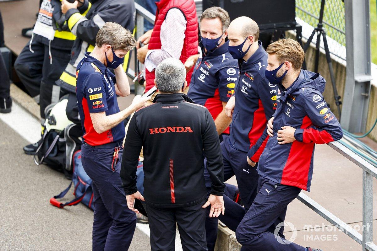 Masashi Yamamoto, Director General de Honda Motorsport en el Parc Ferme con los miembros del equipo Red Bull Racing
