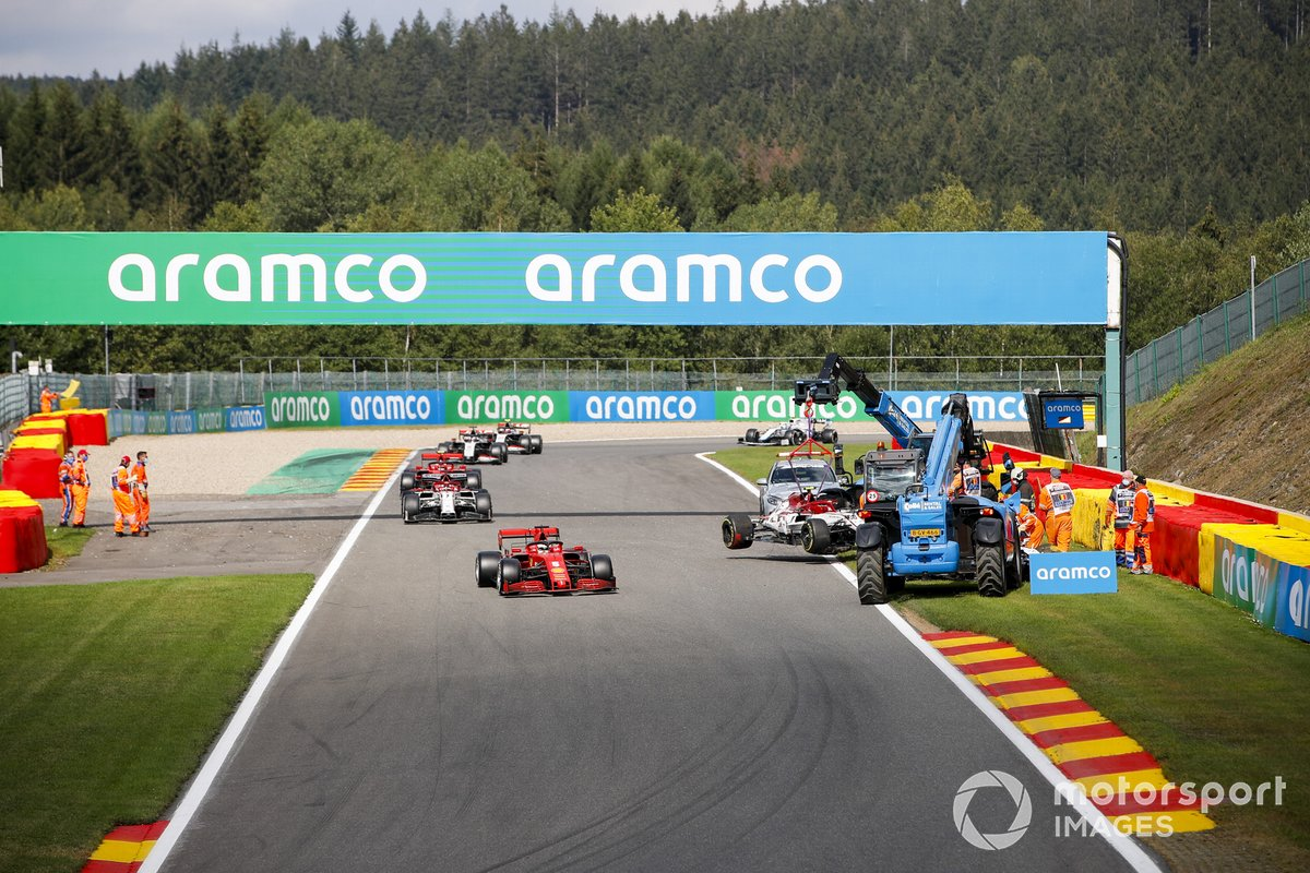 Los oficiales retiran el coche de Antonio Giovinazzi, Alfa Romeo Racing C39, como Sebastian Vettel, Ferrari SF1000, Kimi Raikkonen, Alfa Romeo Racing C39, y Charles Leclerc, Ferrari SF1000