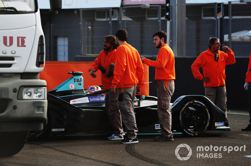 Gary Paffett, HWA Racelab, VFE-05, is recovered by the marshals.