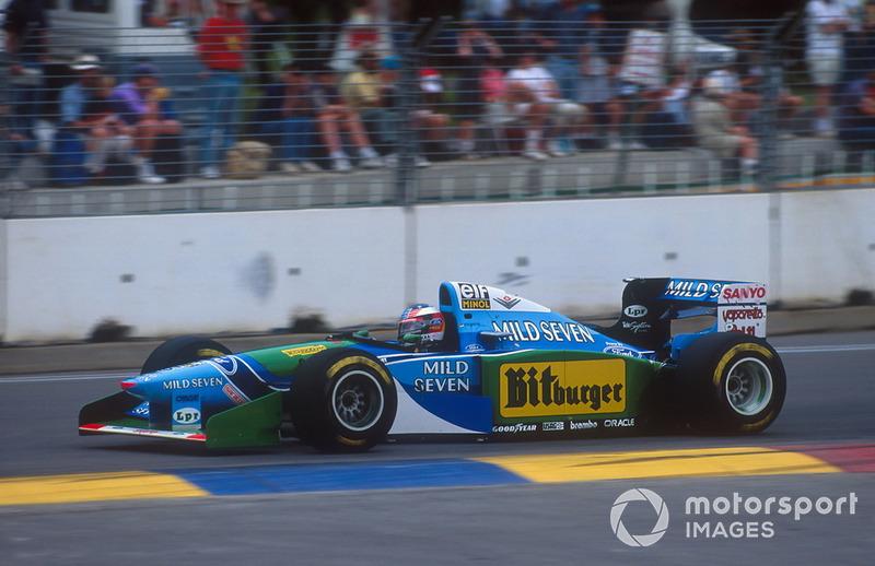 Michael Schumacher rijdt de eerste 36 ronden aan de leiding