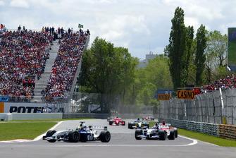 Ralf Schumacher, Williams BMW FW25 al comando alla partenza della gara, davanti al compagno di squadra Juan Pablo Montoya, Williams BMW FW25 e Michael Schumacher, Ferrari F2003-GA