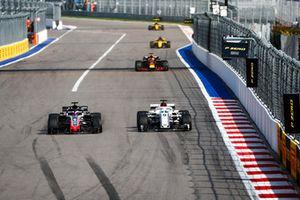 Romain Grosjean, Haas F1 Team VF-18, en lutte avec Marcus Ericsson, Sauber C37
