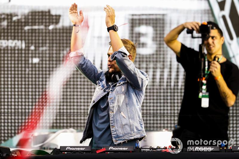 DJ Armin van Buuren toca inmediatamente después de la ceremonia del podio