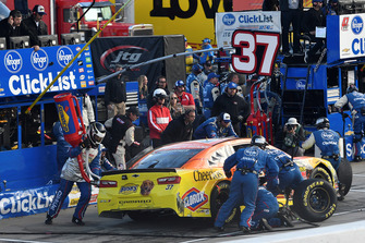 Chris Buescher, JTG Daugherty Racing, Chevrolet Camaro Bush's Chili Beans, effettua un pit stop