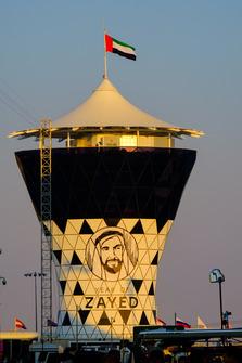 La tour du circuit de Yas Marina au coucher du soleil