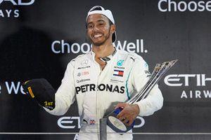 Lewis Hamilton, Mercedes AMG F1, met zijn trofee