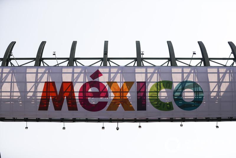Logo de Mexico en el puente
