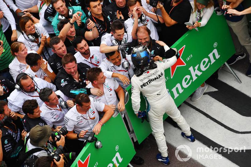 Valtteri Bottas, Mercedes AMG F1 W09 EQ Power+, festeggia nel parco chiuso con i suoi meccanici