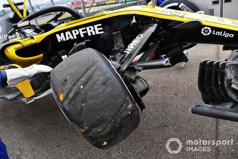 Coche de Nico Hulkenberg, Renault Sport F1 Team R.S. 18 siendo removido después de estrellarse en FP2