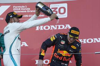 Lewis Hamilton, Mercedes AMG F1, op het podium met Max Verstappen, Red Bull Racing