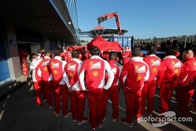 Kimi Raikkonen, Ferrari F14 T regresa al garaje después de haberse detenido en la pista