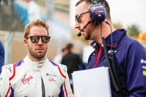 Sam Bird, Envision Virgin Racing talks with his engineer on the grid