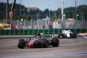 Romain Grosjean, Haas F1 Team VF-18, et Marcus Ericsson, Sauber C37
