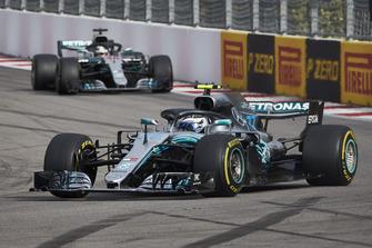 Valtteri Bottas voor Lewis Hamilton, Mercedes AMG F1