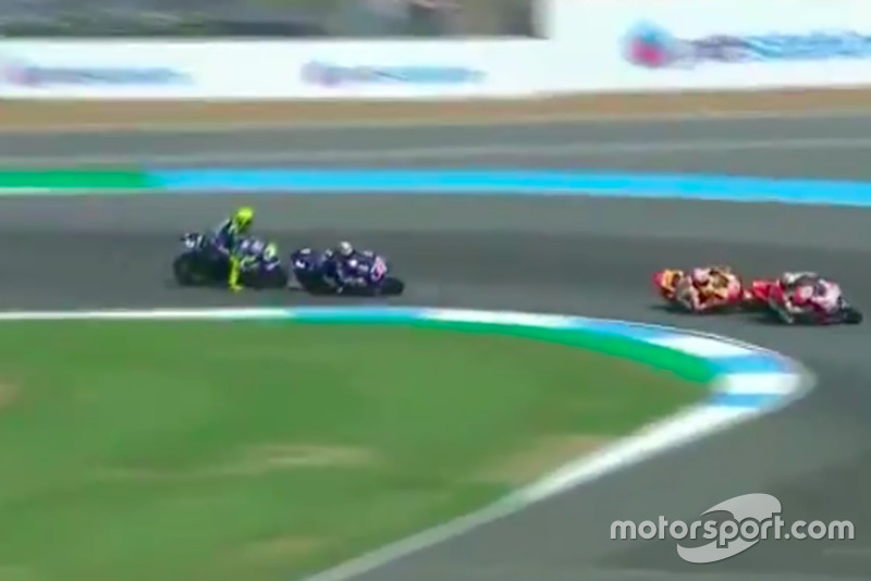 Rossi clava los frenos para no impactar con Maverick (Captura vídeo MovistarTV)