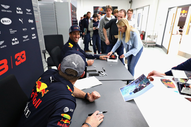 Max Verstappen, Red Bull Racing e Daniel Ricciardo, Red Bull Racing, parlano con i membri del team Red Bull Racing
