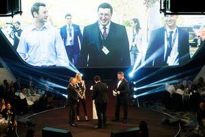 Paddy Lowe entrega el premio al futuro ingeniero Autosport Williams a Owen Heaney