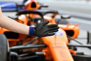 Carlos Sainz Jr., McLaren MCL33 derrière la main d'un mécanicien
