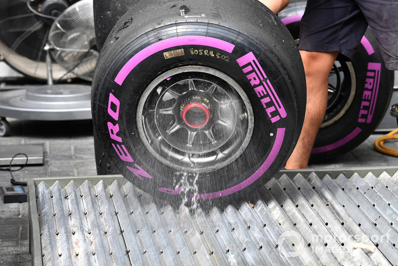 Un meccanico della Red Bull Racing lava cerchioni e gomme Pirelli